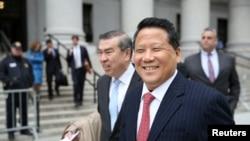 被控向联大主席行贿的澳门房地产大亨吴立胜离开纽约曼哈顿的联邦地区法院。(2017年4月7日)