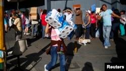 El gobierno de Maduro ha dicho que las colas son evidencia de que hay productos que comprar.