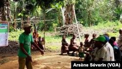 Un pygmée expliquant aux membres de sa communauté l'intérêt du nouveau parc, à Brazzaville, le 13 mars 2019. (VOA/Arsène Séverin)