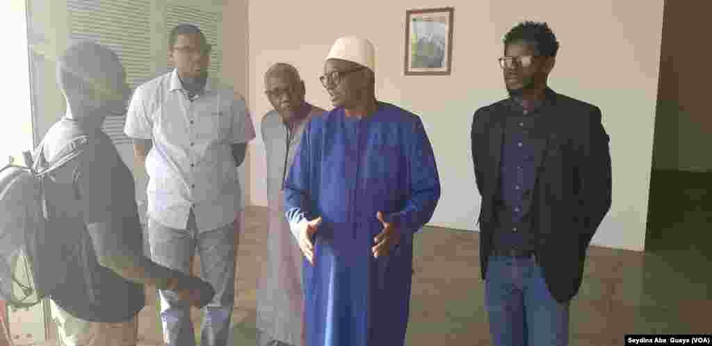 Le ministre de la culture (au centre) en visite à l'exposition de Pape Samba Ndiaye, à Dakar, au Sénégal, le 16 mai 2018. (VOA/Seydina Aba Gueye)