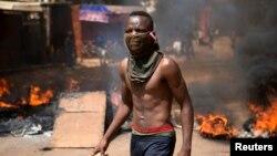 Un manifestant, lors de la protestation qui allait conduire à la chute du président Blaise Compaoré, Ouagadougou, 28 octobre 2014.