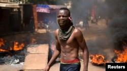 Un manifestant dans les rues de Ouagadougou, le 28 octobre 2014.