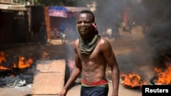 Un manifestant dans Ouagadougou, 28 ocotbre 2014