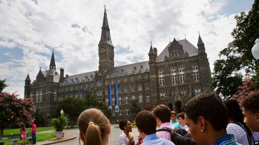 Studentë shqiptaro-amerikanë mbi korrupsionin në pranimet universitare