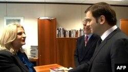 Šefica pregovaračkog tima Prištine Edita Tahiri, šef pregovaračkog tima Beograda Borislav Stefanović i evropski posrednik u pregovorima Robert Kuper, 22. novembar 2011.