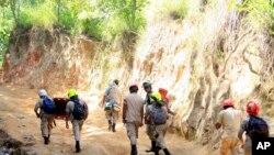 Rescatistas en la mina San Juan Arriba, donde ocho mineros continúan atrapados.