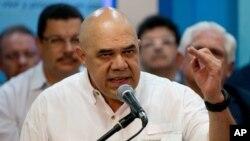 """Torrealba reconoció """"el coraje cívico excepcional del pueblo venezolano"""" que firmó a favor del referéndum en el primer paso del proceso revocatorio."""