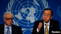 Sekjen PBB Ban Ki-moon (kanan) dan utusan PBB dan Liga Arab untuk Suriah, Lakhdar Brahimi (kiri) saat konferensi pers seusai pembicaraan damai Jenewa-2 di Montreux, Swiss (22/1).