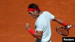 Rafael Nadal menjadi favorit untuk menjuarai Perancis Terbuka mulai minggu depan setelah menang mudah atas Roger Federer di Roma, Italia dengan skor 6-1, 6-3 hari Minggu 19/5 (foto: dok).