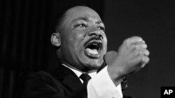 지난 1965년 2월 마틴 루터 킹 목사가 미국 앨라배마 주 셀마에서 연설하고 있다.