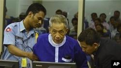 Ông Kaing Guek Eav, bí danh Duch, từng điều hành nhà tù khét tiếng Toul Sleng, nơi 16.000 người đã bị tra tấn trước khi bị giết, ra trước tòa án tội phạm chiến tranh LHQ tại Phnom Penh, ngày 19/3/2012