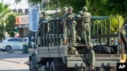 Archivo - Soldados mexicanos patrullan en Culiacán, México, el 18 de octubre de 2019.