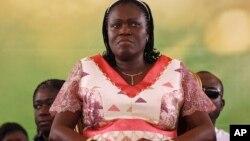 ອະດີດ ສະຕີໝາຍເລກໜຶ່ງ ທ່ານນາງ Simone Gbagbo ເຂົ້າຮ່ວມການຊຸມນຸມ ເພື່ອສະໜັບສະໜູນ ສາມີຂອງນາງ ອະດີດ ປະທານາທິບໍດີ Laurent Gbagbo, ໃນນະຄອນ Abidjan ປະເທດ Ivory Coast, ວັນທີ 15 ມັງກອນ 2011.