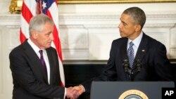 باراک اوباما رئیس جمهوری ایالات متحده (راست) و چاک هیگل وزیر دفاع آمریکا که روز دوشنبه از این سمت کناره گیری کرد. ۳ آذر ۱۳۹۳