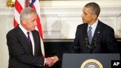 奧巴馬(右)在記者會上與哈格爾(左)握手