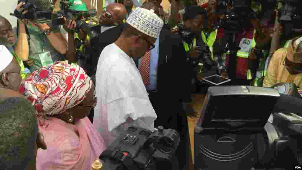Dan takarar shugabancin Najeriya, Janar Muhammadu Buhari a lokacin da ake tantance shi da me dakinshi a ranar zaben 2015