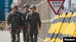 Janubiy Koreya askarlari chegarani, Kesong majmuasiga yetaklovchi yo'lni qo'riqlayapti.