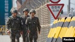 Binh sĩ Nam Triều Tiên tuần tra trên cầu Thống nhất dẫn đến khu công nghiệp Kaesong ở Bắc Triều Tiên.