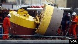 Para teknisi Italia mulai bekerja untuk membersihkan tumpahan bahan bakar kapal Costa Concordia. Bahan bakar kapal harus dikosongkan untuk mencegah pencemaran lingkungan di lepas Pantai Italia.