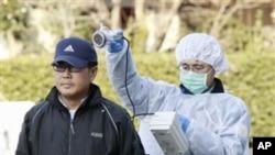 郡山市灾区的一个名男子在接受核辐射检查