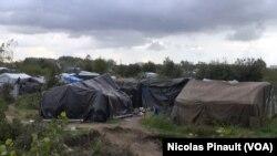 """La """"jungle"""" de Calais, France (Nicolas Pinault/VOA)"""