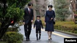 Japan's Prince Hisahito (C), accompanied by his father Prince Akishino (L) and mother Princess Kiko, arrives at Ochanomizu University's affiliated kindergarten for his graduation ceremony, Tokyo, Mar. 14, 2013.
