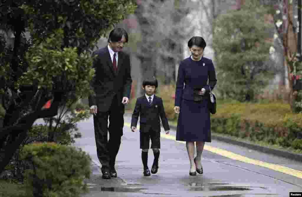 Hoàng tử Nhật Bản Hisahito (giữa) đi cùng với cha là Hoàng tử Akishino (trái) và mẹ là công chúa Kiko đến nhà trẻ thuộc trường đại học Ochanomizu, Tokyo để dự lễ kết thúc học khóa.