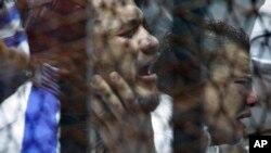 Terdakwa bereaksi terhadap vonis hukuman mati dalam kasus pada pertandingan sepak bola di Port Said yang mengakibatkan 70 orang tewas dan banyak orang lainnya terluka.