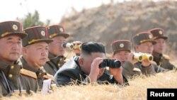 KCNA သတင္းဌာနက ထုတ္ျပန္ခဲ့သည့္ ေျမာက္ကုိရီးယားေခါင္းေဆာင္ Kim Jong Un ႏွင့္ တာဝန္ရွိသူမ်ား လက္နက္ပစ္ခတ္မႈ ၾကည့္႐ႈေနသည့္ ျမင္ကြင္း။ (မတ္ ၂၀၊ ၂၀၂၀)