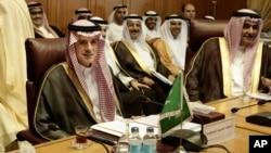 Le Saoudien Adel al-Jubeir, à gauche, et son homologue de Bahreïn, Sheik Khalid Bin Ahmed Al Khalifa, à droite, réunion des ministres des affaires étrangères de la Ligue arabe, le Caire, Egypte, le 19 novembre 2017.