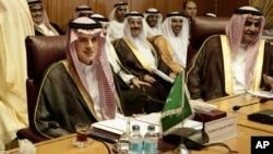 지난 19일 이집트 카이로의 아랍연맹 본부에서 아델 알-주베이르 사우디아라비아 외무장관(왼쪽)과 세이크 칼리드 빈 아메드 알 카리파 바레인 외무장관(오른쪽) 등이 참석한 가운데 중동지역 외무장관들의 회의가 열렸다.