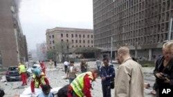 Des secouristes aidant des blessés à Oslo