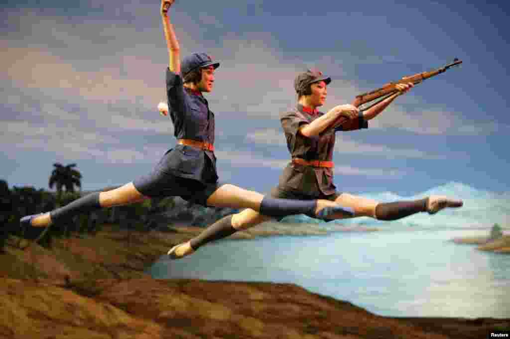 """2009年9月26日,为庆祝中华人民共和国建立60周年,中国芭蕾舞团在天津表演芭蕾舞剧《红色娘子军》。 """"文革""""中,江青之流封杀了古今中外大量文艺作品,搞得全国百姓处于只能看八个""""样板戏""""的文化荒漠状态,遂有""""八亿人口八个戏""""之民怨。而江青却耗费国家大量外汇进口海外作品,自己享用,并用于拉拢所需要的人。据说江青对其死党表示亲近的重要手段就是请其看内部片子。"""