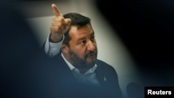 Wakil PM Italia Matteo Salvini memberi isyarat saat dia mengadakan konferensi pers di Italia selatan pada hari libur bank saat krisis pemerintah berlanjut, di Castel Volturno, Italia, 15 Agustus 2019. (Foto: REUTERS/Ciro de Luca)