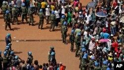 Une foule encadrée par les Casques Bleus à Bangui, lors de la visite du pape François en Centrafrique, le 30 novembre 2015. (AP Photo/Andrew Medichini)