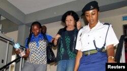 Polisi wa kike akimsindikiza malkia wa pembe za ndovu