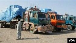 Truk-truk pembawa perbekalan NATO berjajar di pos perbatasan di wilayah Khyber, Pakistan karena pihak berwenang Pakistan memblokade jalur ke Afghanistan.