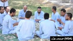 معتادان در شفاخانه یکصد بستر تداوی معتادان در ولایت بلخ برای تفریح جمع شده اند.