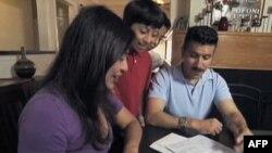 Latinoamerička porodica popunjava formular za popis stanovništva 2010.
