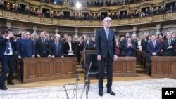 Newly sworn-in Austrian President Alexander Van der Bellen is surrounded by lawmakers in the parliament in the Austrian capital Vienna, Jan. 26, 2017.