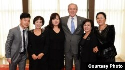 미국의 조지 부시 전 대통령이 지난해 10월 북한 인권법 10주년을 맞아 탈북민 5 명을 초청해 환담을 나눴다. 왼쪽부터 김조셉, 최한나, 조진혜, 조지 부시 전 대통령, 엄 모 목사, 그레이스 김 씨.