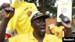 Một ủng hộ viên của Tổng thống Yoweri Museveni ăn mừng sau khi Uỷ ban bầu cử Uganda đã tuyên bố đương kim tổng thống Yoweri Museveni chiến thắng trong cuộc bầu cử tổng thống ở thủ đô Kampala hôm 20/2.