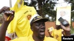 ຜູ້ສະໜັບສະໜູນ ປະທານາທິບໍດີ Yoweri Museveni ສະເຫຼີມສະຫຼອງ ທັ້ງໆທີ່ຄະນະກຳມະທິການ ການ ເລືອກຕັ້ງໄດ້ປະກາດ ໃຫ້ທ່ານ Yoweri Museveni ເປັນຜູ້ຊະນະ ໃນການເລືອກຕັ້ງປະທານາທິບໍດີ ໃນນະຄອນຫຼວງ Kampala, 20 ກຸມພາ, 2016.