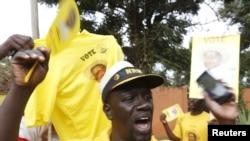 Para pendukung Presiden Yoweri Museveni merayakan kemenangan mereka setelah Komisi Pemilu menyatakan bahwa tokoh mereka kembali terpilih sebagai pemenang dalam Pilpres di ibukota Kampala (20/2).