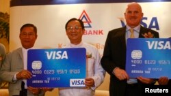 Visa ကဒ္နဲ႔ ေငြေပးေခ်မႈ အစီစဥ္ မိတ္ဆက္ပဲြအခမ္းအနားမွာ ျမင္ေတြ႕ရတဲ့ ကေမၻာဇဘဏ္ ဒုဥကၠဌ ဦးသန္းလြင္ (လယ္)၊ ၂၀၁၃ခုႏွစ္ ဧၿပီလ (၁) ရက္