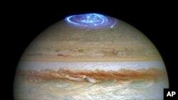 Gambar komposit yang disediakan oleh NASA hari Kamis, 30 Juni 2016 menunjukkan aurora di planet Jupiter (foto: NASA/ESA/Hubble via AP)