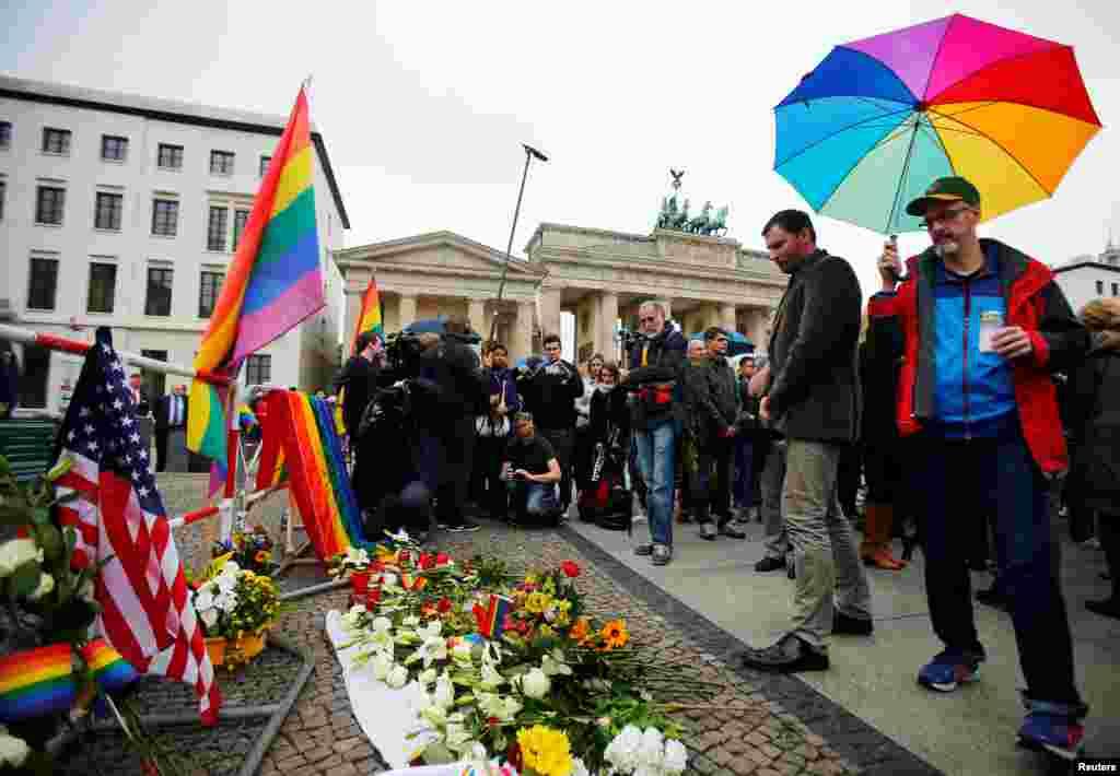 ពិធីឧទ្ទិសគោរពវិញ្ញាណក្ខន្ធជនរងគ្រោះនៃការបាញ់ប្រហារក្នុងក្លឹបកំសាន្ត Pulse Orlando នៅខាងមុខស្ថានទូត ស.រ.អា. និងចកទ្វារ Brandenburg រដ្ឋធានីប៊ែឡាំង ប្រទេសអាល្លឺម៉ង់ ថ្ងៃទី១៣ ខែមិថុនា ឆ្នាំ២០១៦។