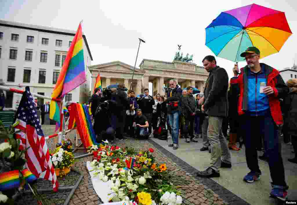 Doa bersama di depan Kedutaan Besar AS dan gerbang Brandenburg di Berlin, Jerman,sebagai solidaritas untuk para korban penembakan massal di klub Pulse, Orlando (13/6).