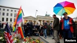 Bdenje za žrtve iz Orlanda održano je ispred američke ambasade i Brandenburške kapije u Berlinu