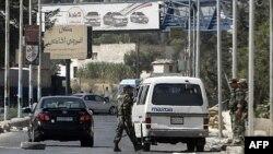 Binh sĩ Syria canh gác tại một chốt kiểm soát ở lối vào Harasta, phía đông bắc của thủ đô Damascus, ngày 29/8/2011